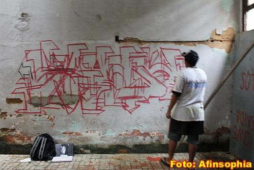 O artista grafiteiro Broly