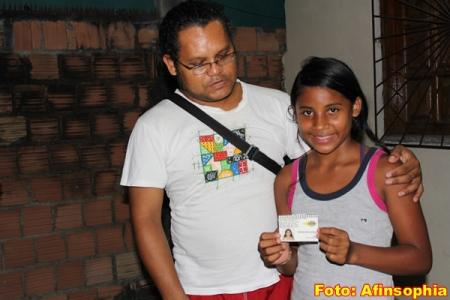 Alci entrega a carteirinha para Gabriela