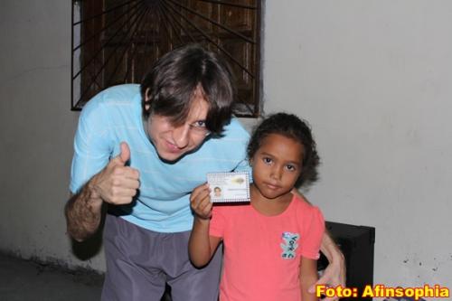 mostra a carteirinha junto a Vinicius