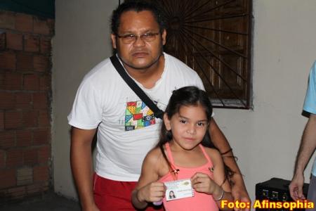 A criança Mickaelly recebe a carteirinha de Alci