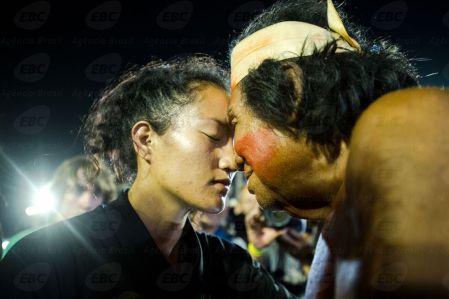 Palmas (TO) - Atleta Maori, da Nova Zelândia, cumprimenta indígena da etnia Gavião, do Brasil, após disputa final no cabo de força. ( Marcelo Camargo/Agência Brasil)